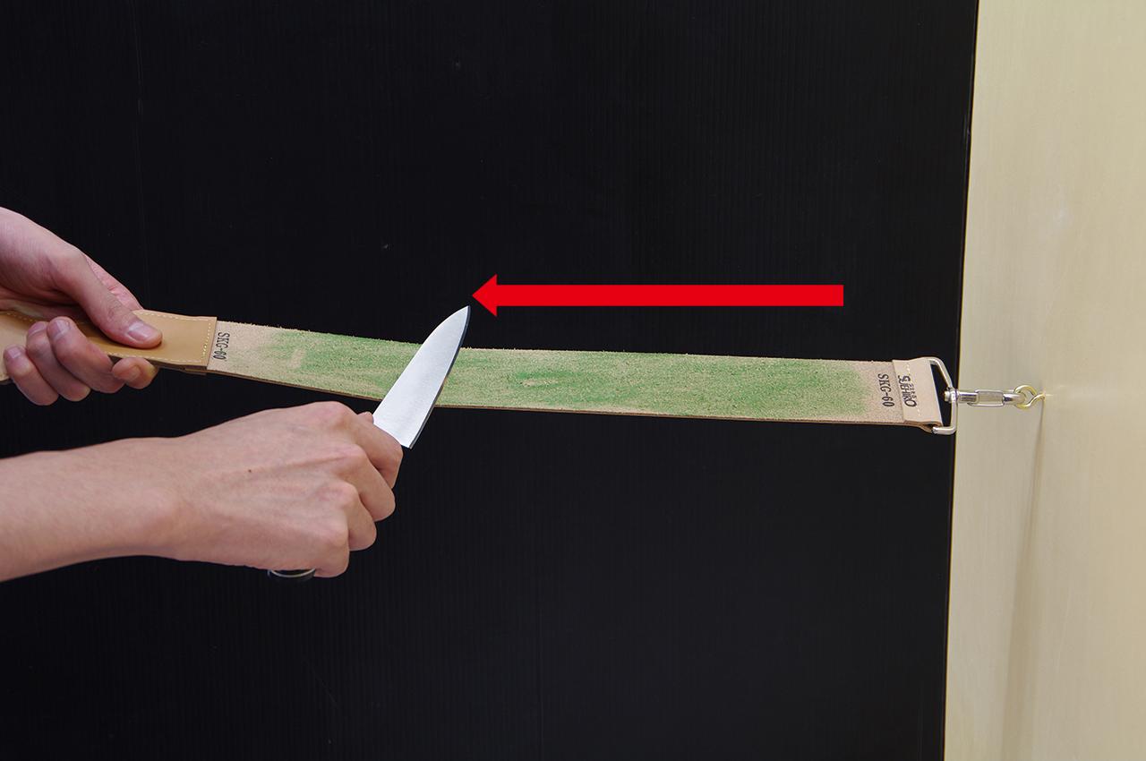 ご使用方法-1 刃先を革砥の裏面に当て手前に引く