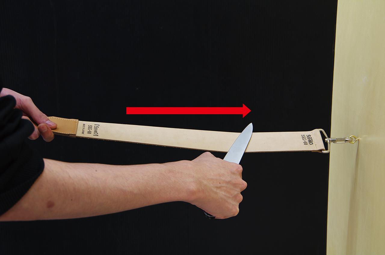 ご使用方法-4 刃先を革砥の表面に当て手前から押し出す