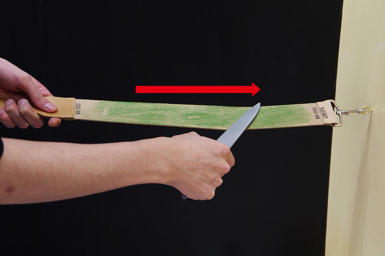 ご使用方法-2 刃先を革砥の裏面に当て手前から押し出す