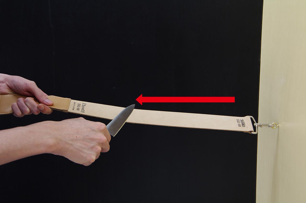 ご使用方法-3 刃先を革砥の表面に当て手前に引く